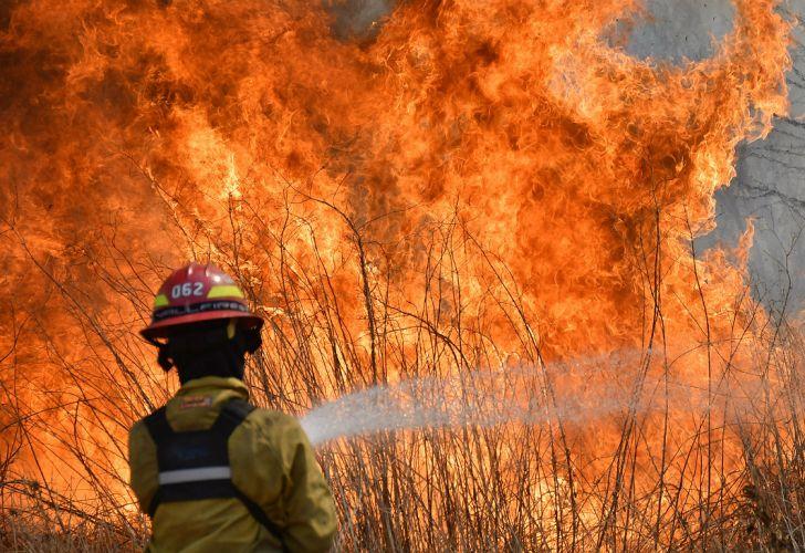Sin lluvias y con calor, combaten dos incendios en la provincia